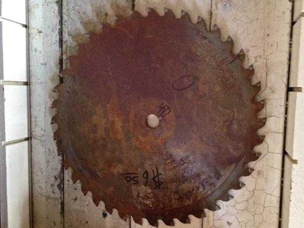 rusty sawblade http://countrydesignstyle.com