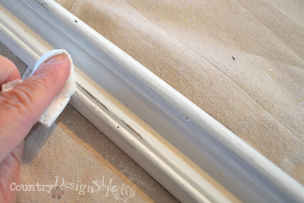 sand with wet paper towel https://countrydesignstyle.com #chalkboard #thriftydecorating