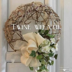 Making-a-mesh-wreath-of-twine-sq | Country Design Style | countrydesignstyle.com